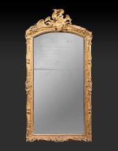 Miroir en bois doré. Epoque Louis XV.  Accidents et manques.