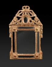 Petit miroir en bois doré, le fronton ajouré à décor de ruban  et feuillages.