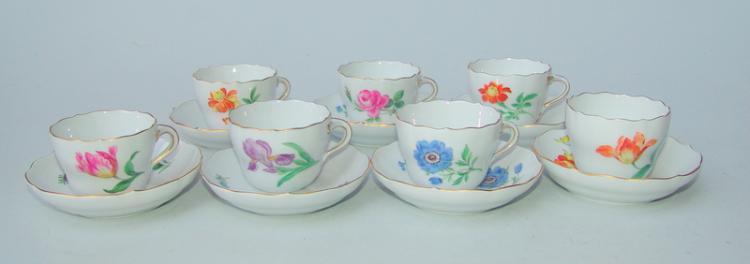 Königl. Meissen (Unterglasurblaue Marke, nach 1945, 2.Wahl): 7 Mocca-Tassen , Form neuer Ausschnitt, deutsche Blume