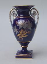 Königl. Meissen (Unterglasurblaue Marke 1740-1780  sowie 1774-1824): Kobaltblaue Vase mit Handhaben im Klassisch Griechischemn Stil