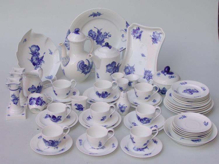 Royal Copenhagen, Dänemark (Wellenmarke unterglasurblau sowie Grüne Manufakturmarke): Umfangreiches Kaffegeschirr für 6 Prs. +, Blaue Blume