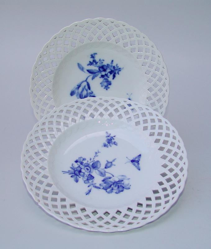 Königliche Porzellan Manufaktur Berlin, KPM (Unterglasurblaue Zeptermarke, um 1800): 2 Teller mit Durchbruchrand