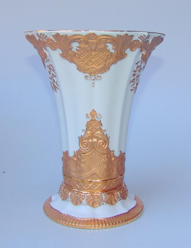 Königl. Meissen (Unterglasurblaue Marke nach 1924 1. Wahl): Tulpenvase mit aufwändigem Relief in Matt und Glanzgold
