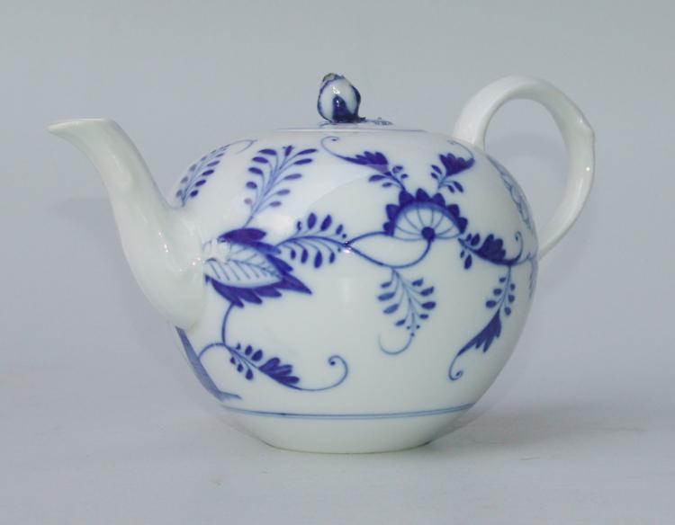 Königl. Meissen (Unterglasurblaue Marke (frühe Knaufzeit)  1850-1900): Teekanne Zwiebelmuster, 2.Hälfte 19.Jhd.