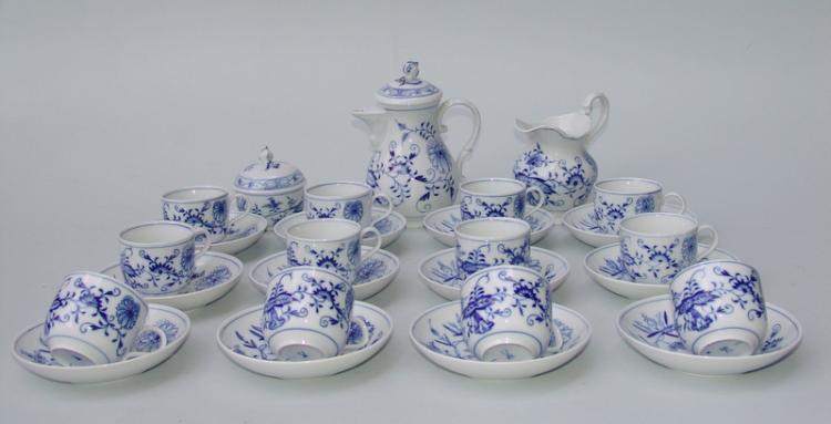 Königl. Meissen (Unterglasurblaue Marke, nach 1945): Mocca-Geschirr für 12 Personen, Zwiebelmuster