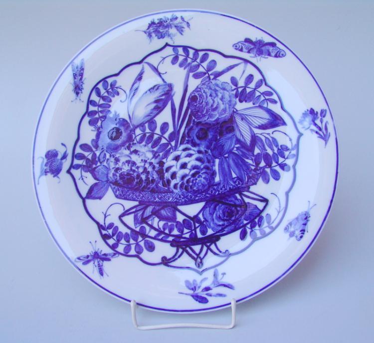 Königl. Meissen (Unterglasurblaue Marke, nach 1945): Wandteller mit Blumenbouquet und Insekten