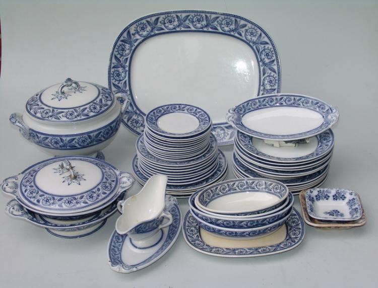 Villeroy& Boch, Mettlach (unterglasur blaue Stempelmarke): Umfangreiches Speisegeschirr,