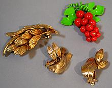PASTELLI 3 PIECE SET  Pastelli Costume Jewelry Set  Includes, Brooch and 2 earrings.  Mark, Pastelli.  Condition, age appropriate wear. All jewelry sold as is.
