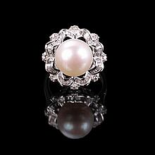 18ct white gold, freshwater pearl ring off round