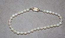 Good pearl bracelet with 14ct gold clasp pearls
