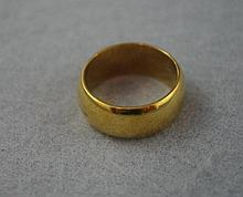 18ct yellow gold wedder approx 8.4 grams