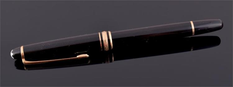 A Mont Blanc 'Meisterstuck' fountain pen with 14ct yellow gold nib, length 13.5 cm