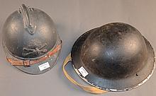 Casque Adrian modèle 1915 bleu horizon, d'artillerie, coiffe et jugulaire   On joint un casque belge de type britannique