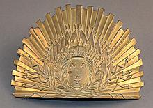 Une plaque de schapska de lancier de France en laiton, aux armes de France  Epoque Restauration   H. 16 cm L. 21 cm