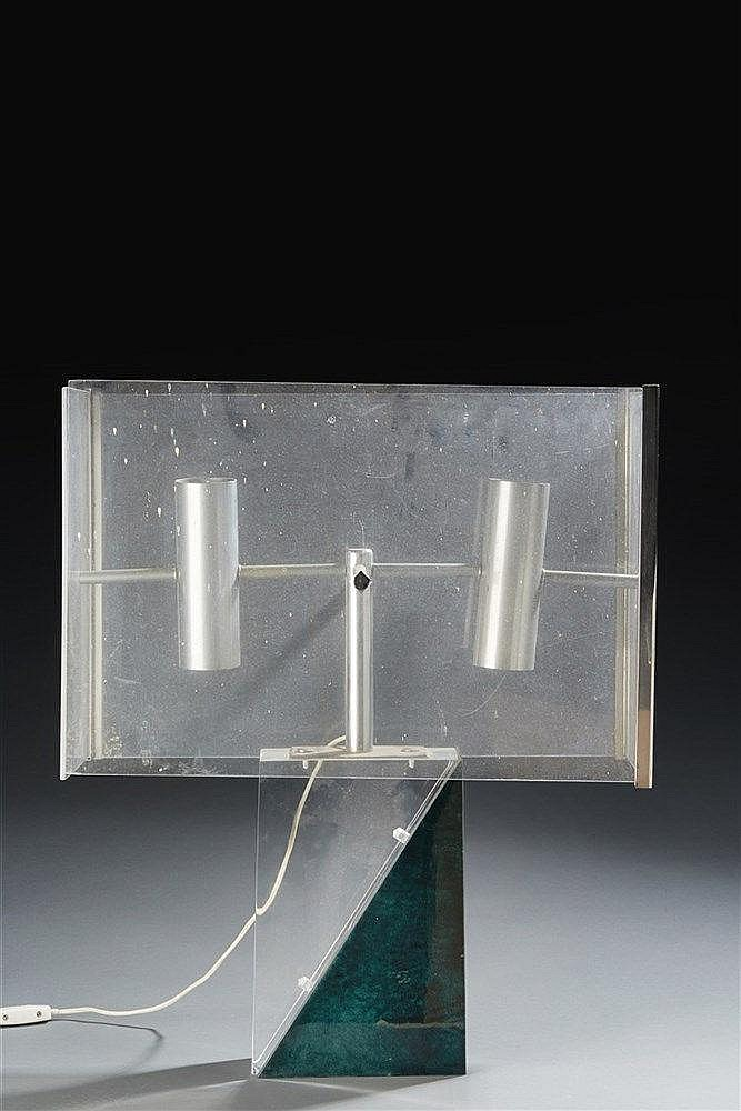 Aldo Tura (1909-1963) Grande lampe à poser de forme cubique en plexiglass