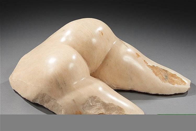 JOAO CUTILEIRO (né en 1937) Sculpture en marbre figurant des fesses.