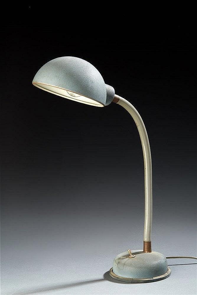 Lampe de bureau  à fût flexible plastifié , base et déflecteur en métal. T