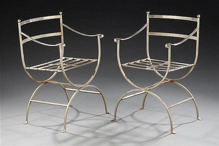 Paire de fauteuils curules  en acier chromé. Travail 1970.  Dim. : 88 x 5