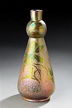 Frederic Danton (1874-1932) Vase à col effilé en faïence émaillée irisée à