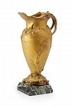 Louis-Théophile Hingre (1832-1911 ) Cruche en bronze doré sur socle en mar