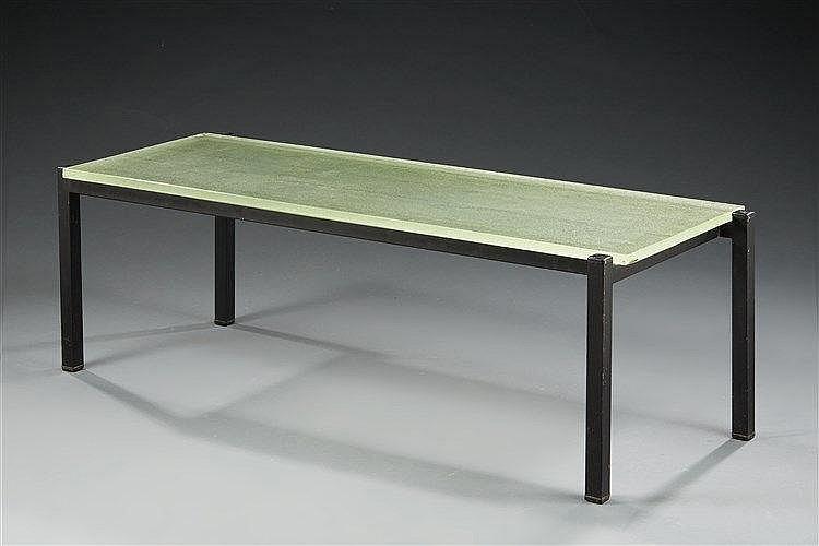 Table basse  à piètement architecturé formé de tubes de métal carré noirci