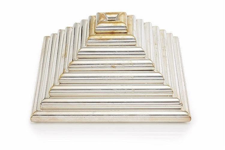 Pyramide  en métal argenté formant une multitude de cendriers ou vide-poch