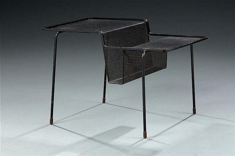 Mathieu MATEGOT (1910-2001) Table porte-revue modèle Java en tôle d'acier