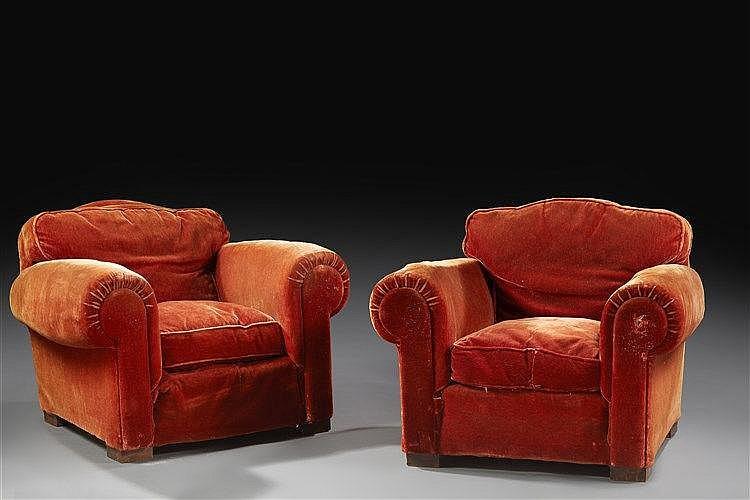 Salon  composé d'un grand canapé et de deux fauteuils club entièrement gai