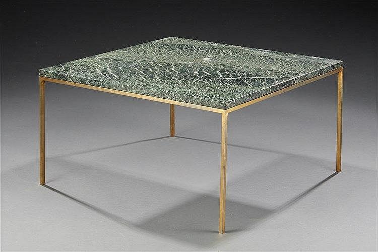 Table basse à piétement en metal doré accueillant un plateau en marbre. T