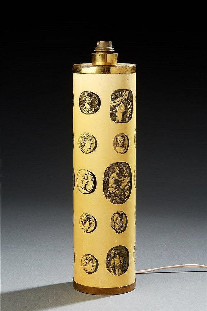 Piero Fornasetti (1913-1988) Lampe à poser de forme cylindrique à décor de