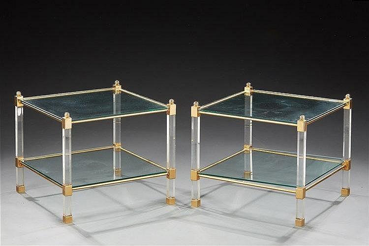 Paire de bouts de canapé à double plateaux en plexiglas et métal doré , é