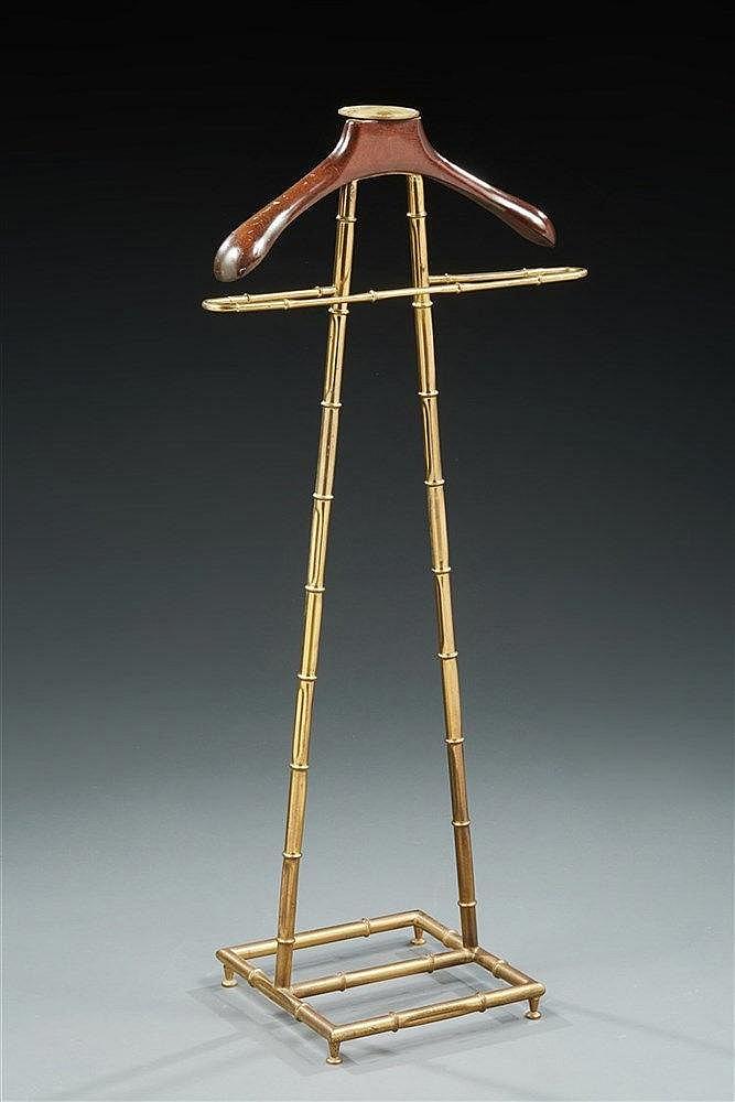 Valet  en laiton stylisant bambou.  Cintre en bois.  Travail 1960.  Dim