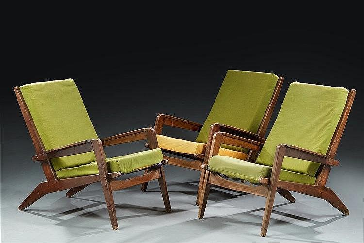 Pierre GUARICHE (1926-1995)  Suite de trois fauteuils FS105 en frêne, pièt