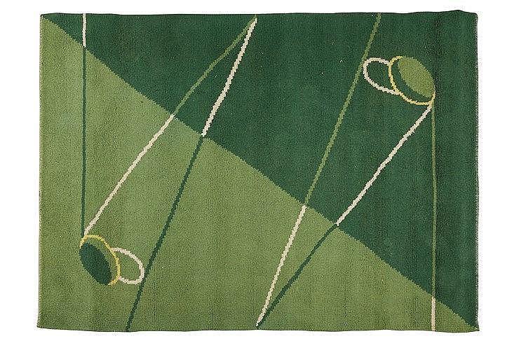 Tapis en laine vert nuancé à décor de clubs de golf stylisé. Travail 19