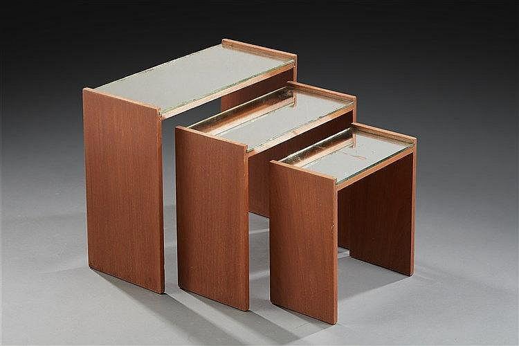 Jacques Adnet (dans le goût de) Ensemble de trois tables gigognes en bois,