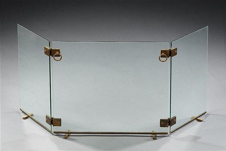 Jacques Adnet ?(1900 1984 ) Pare-feu tripartite en verre et laiton. Dim.