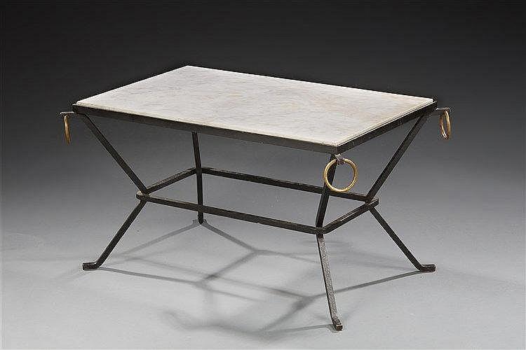 Jacques ADNET (1900-1984) Table basse à structure en fer forgé laqué noir