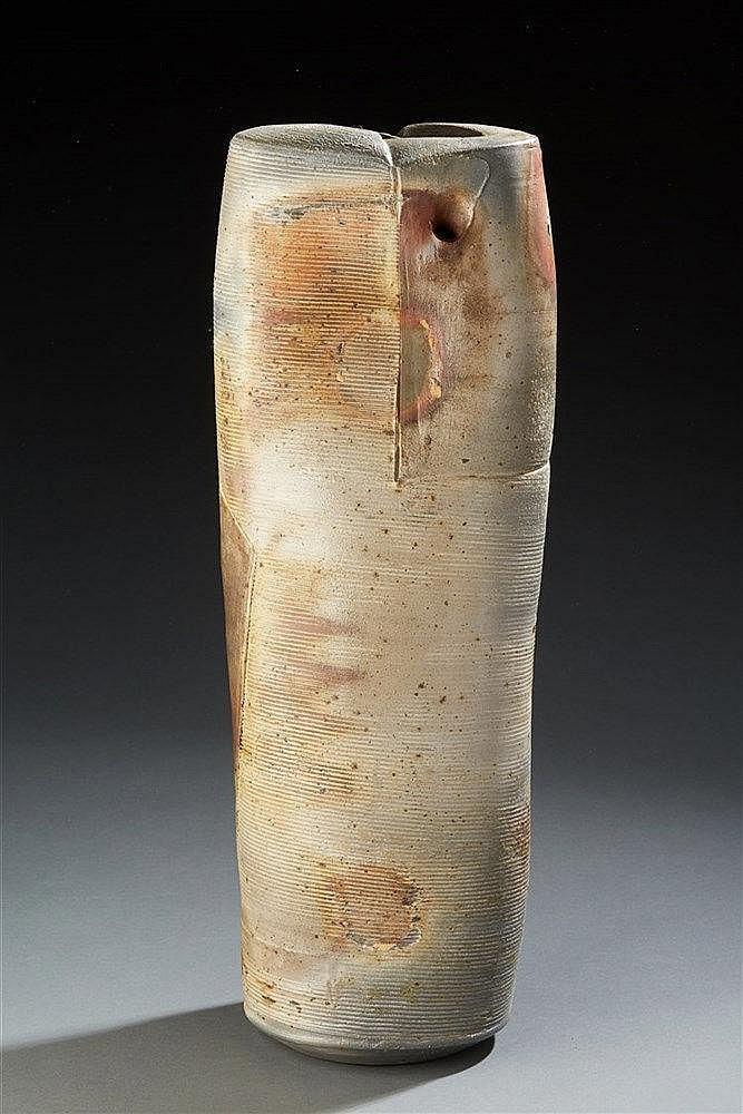 Eric Astoul (né en 1954 ) Grand vase en grès tubulaire, à décor de striur