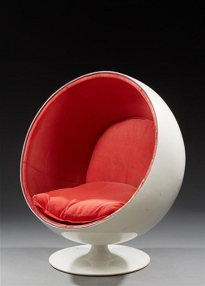 EERO AARNIO (né en 1932) Fauteuil modèle Ball chair Fibre de verre blanc