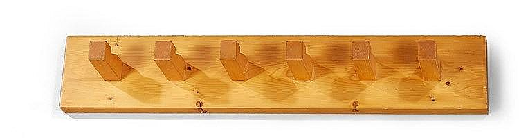 Charlotte Perriand (1903-1999) Porte-manteaux de 1968 en bois massif à six