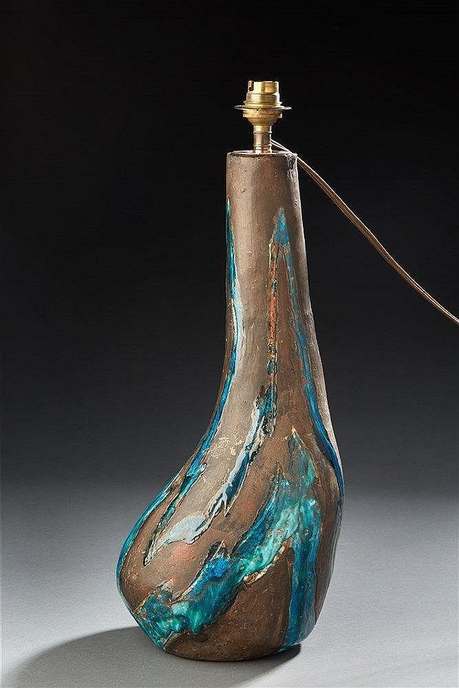 J.B. OREILLER Lampe en terre à glaçure bleu-vert.  H. : 40 cm