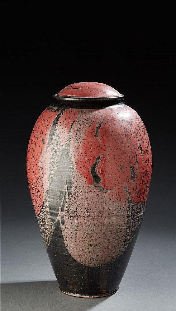 Jean Luc Jourdain (XXe)?Grand pot couvert ovoïde en grès émaillé rouge, noi