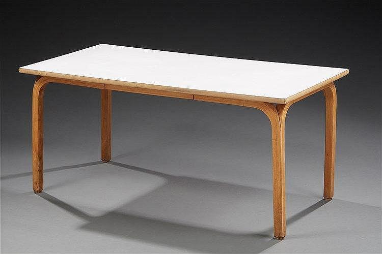 Alvar Aalto (1898-1976) Table basse à piétement en bois courbé plateau en