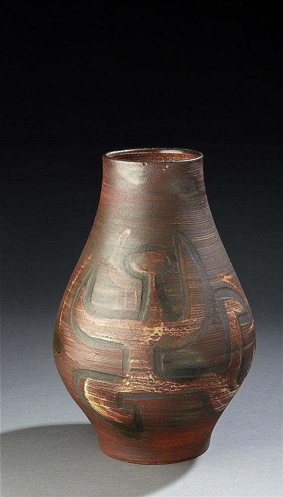 Accolay Vase en céramique a décor abstrait émaillé.  Dim. : 31 x 22 cm