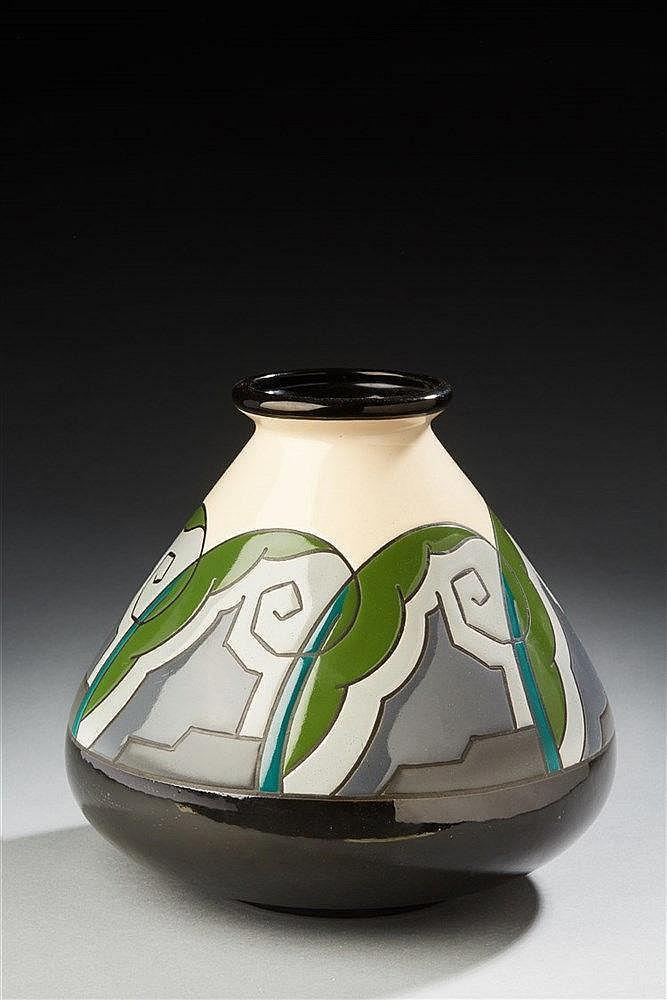 MONTIERES à Amiens. Vase conique. H. : 24 cm.