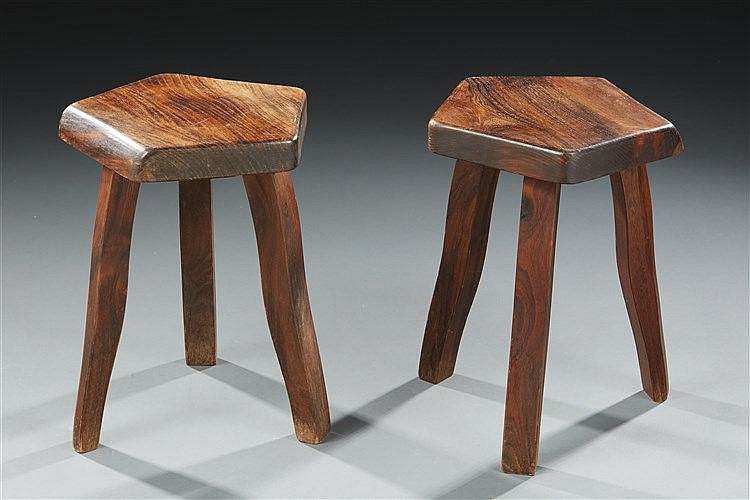 Olavi Hanninen?(1920-1992) Paire de tabourets tripodes en bois massif. Di
