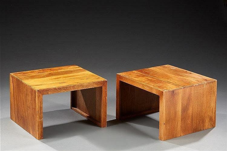 Paire de bouts de canapé  en bois de forme cubique.  Travail 1950 Dim. :