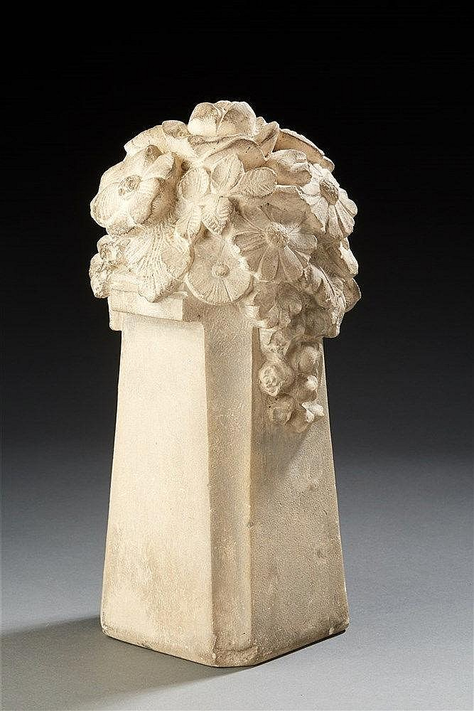 Gaston Piquot (1878-1962 )  Sculpture en pierre représentant un bouquet de