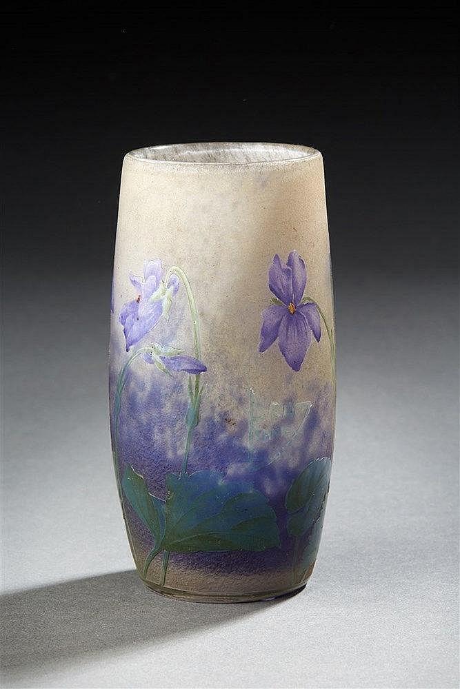 DAUM Nancy Violettes. Vase tubulaire en verre dégagé à l'acide et rehauss