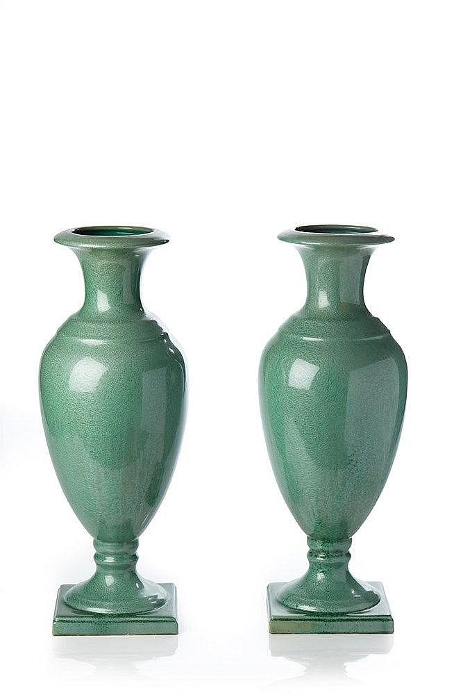 SARREGUEMINE Paire de grands vases de forme balustre en faïence émaillée v